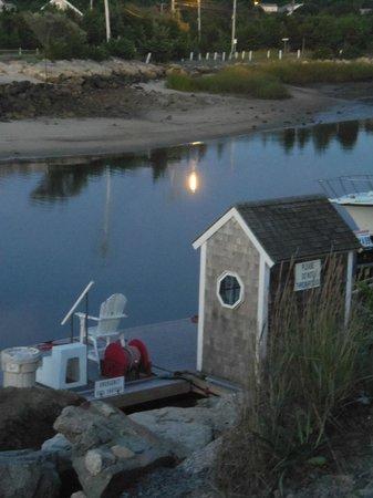 Sesuit Harbor Cafe: terrasse sur la mer