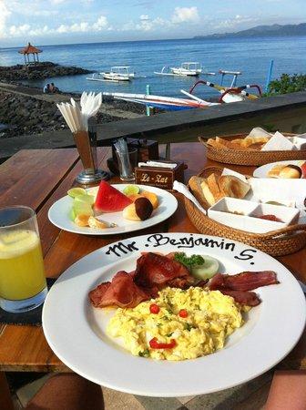 Ashyana Candidasa Beach Resort : Breakfast overlooking the beach.