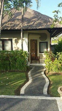 Aneka Lovina Beach Hotel: bungalow kamer