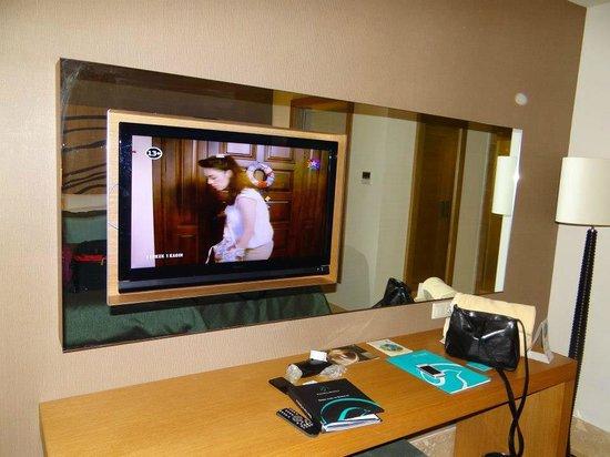Paloma Oceana Resort: flat screen tv inside mirror