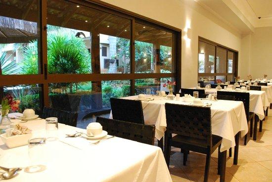 Hotel OT: Restaurante com vista para o jardim e piscina