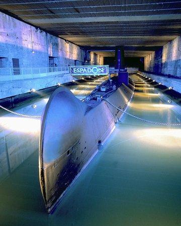 Saint-Nazaire, France: Tapi sous l'écluse fortifiée, le sous-marin vous attend !