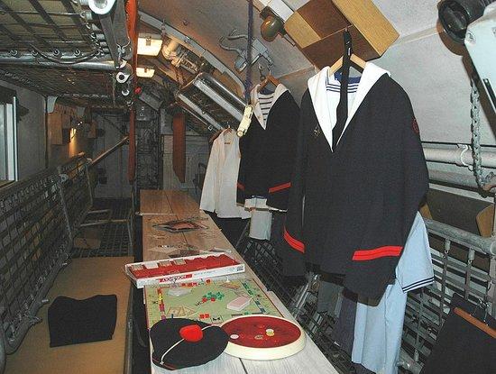 Sous-Marin l'Espadon : 65 hommes d'équipage se partageaient un espace réduit au minimum...