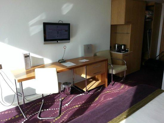 Louis Fitzgerald Hotel : TV & desk