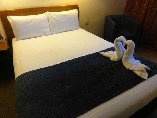 Airport Inn Gatwick: Swan towels