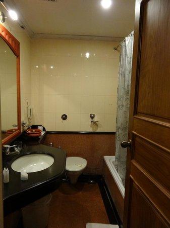 Quality Airport Hotel: my bathroom