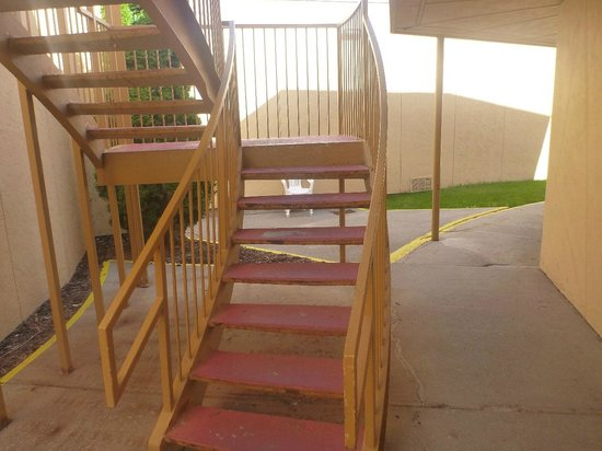 Quality Inn & Suites: The stairs to the room