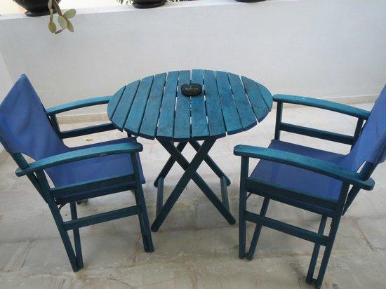 Hotel Andreas: Tavolo sul terrazzo - tipici colori della grecia