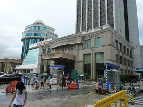 Grand Skylight Hotel Shenzhen: ホテル外観  隣は上海ホテル