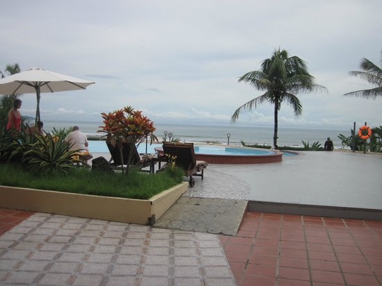 Centara Sandy Beach Resort Danang: Pool overlooking beach