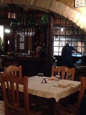 La Taverna dei Briganti: La cuoca a lavoro con la brace