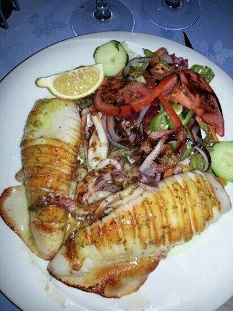 gegrillter Tintenfisch mit Salat