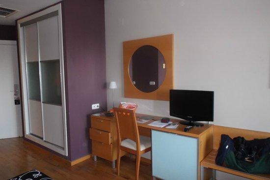 Albir Playa Hotel & Spa: Télé et dressoir coulissante