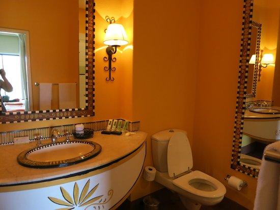 AVANI Victoria Falls Resort: Baño