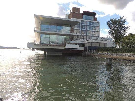 Delta Hotel Rotterdam: Grosser Speisesaal mit Terrassen auf zwei Ebenen