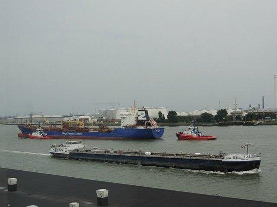 Delta Hotel Rotterdam: Ständiger Schiffsverkehr zum und vom Hafen Rotterdam