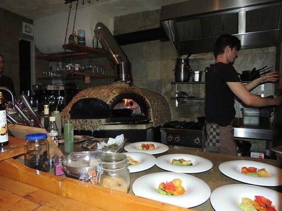 Restaurant Eendracht : Sehr orginelle Küche mit Steinofen (Holzfeuer) in der unteren Etage