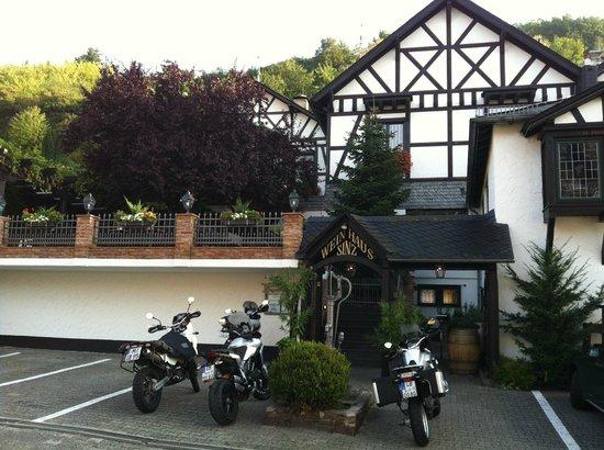 Weinhaus Sinz: Außenansicht, ruhige Nebenstrasse