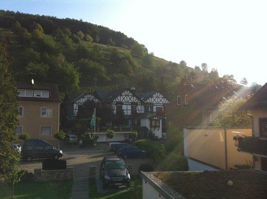 Weinhaus Sinz: außenansicht vom Landhaus gegenüber. Ebenfalls mit Zimmern