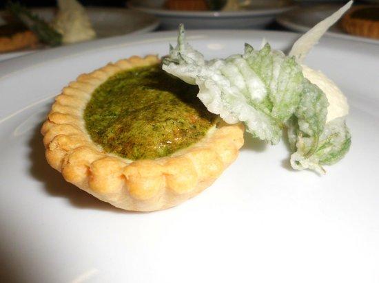Agriturismo San Siro: Crostatina alle ortiche con foglie in tempura