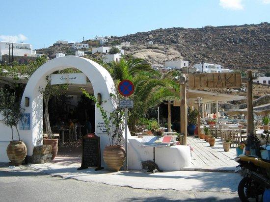Ithaki : Entrata del ristorante dalla piazzetta di Ornos