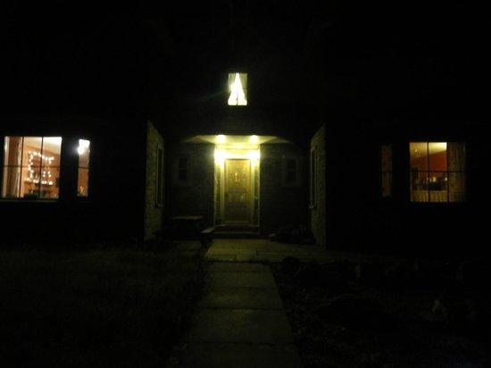 Brinkies Guest House : Brinkie's at night