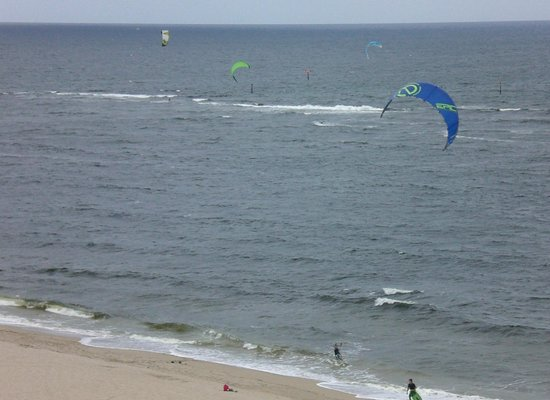 Residence Inn Fort Lauderdale Pompano Beach/Oceanfront: Can you see all 4 kite surfers?