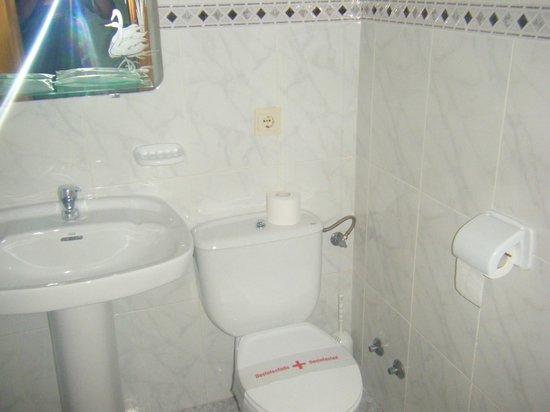 Hostal Rambla: Baño (Inodoro muy pegado al lavabo)