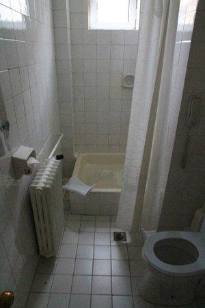 Minerva Hotel : die Duschwanne u.a.