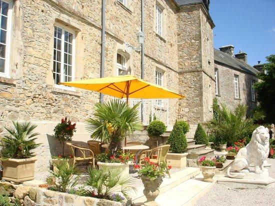 Chateau le Val: joli parc avec des terrasses et BBQ