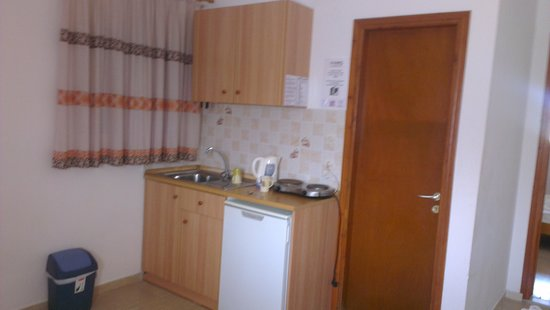 Sofia Beach Apartments: kitchenette