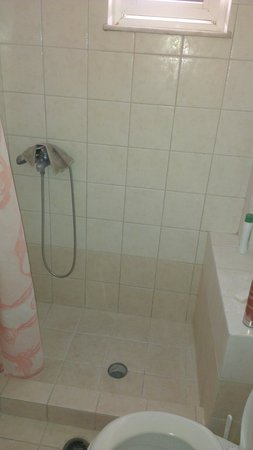 Sofia Beach Apartments: Shower