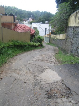 Kandy View Hotel: road to the hotel