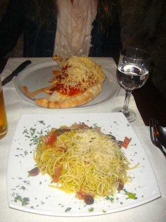 Pizzeria & Spaghetteria Storia: Calzone & spagueti dalmacia