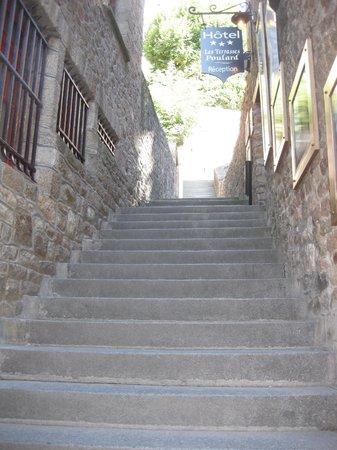 Les Terrasses Poulard: 受付への階段と受付の看板