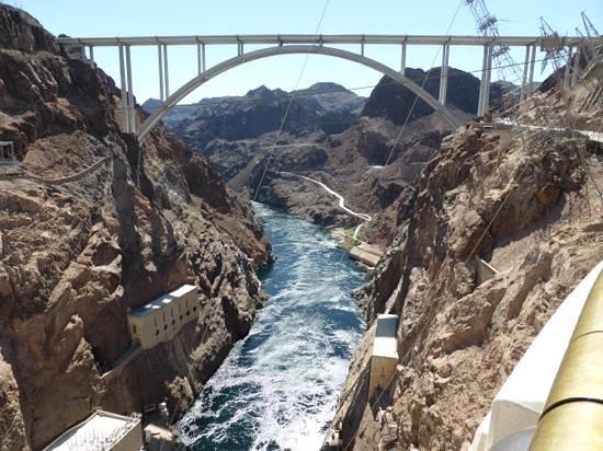 Hoover Dam: memorial bridge from the dam