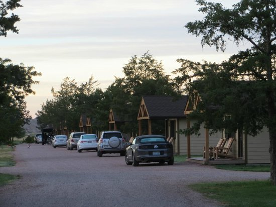 Cedar Pass Lodge : Cabins lined up--both sides of the cabin area