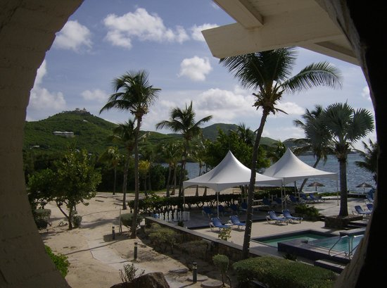 Divi Carina Bay All Inclusive Beach Resort: View of the pool area overlooking the beach