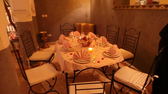 Riad Des Epices : tavola