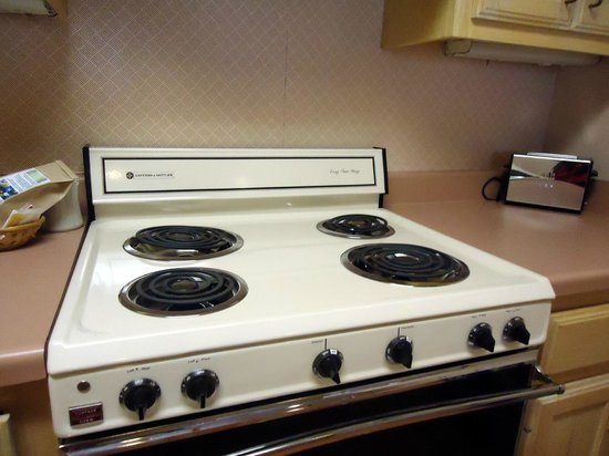 Habitat Suites Hotel: Old looking stove with pinkish wallpaper