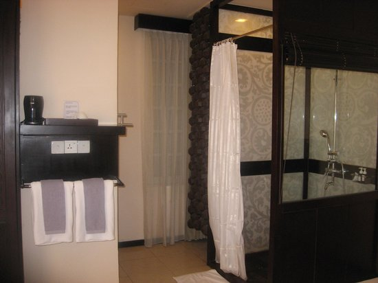 East Hotel: bedroom with shower !