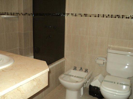 Hotel Portal del Norte: El baño de la habitación es amplio, cómodo y limpio.