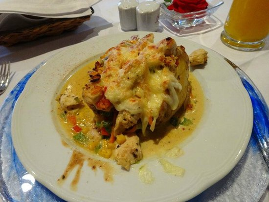 Bloberger Hof: Baked potato stuffed with chicken and veggies