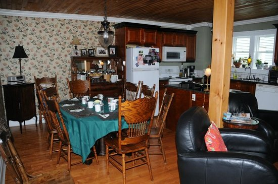 The Narrows Bed and Breakfast : Breakfast table