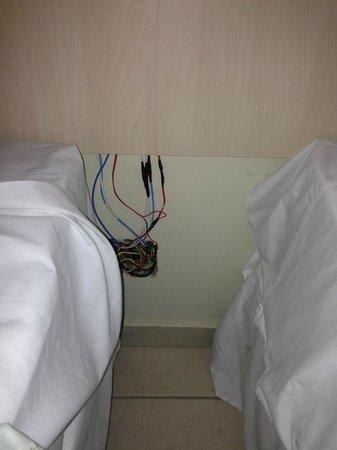 Bay Park Resort Hotel: Ao lado da cama, a fiação aparente, perigo de incendio