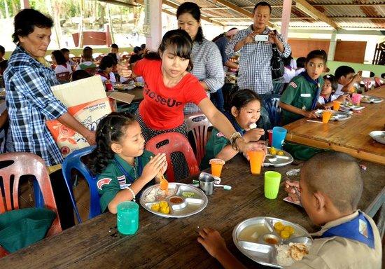 Na Na Place: Le patron, son épouse et les enfants en orphelinat