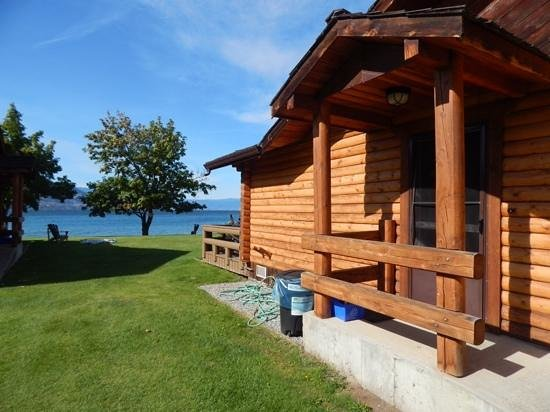 Sandy Beach Lodge Resort: View past the cabins to the lake