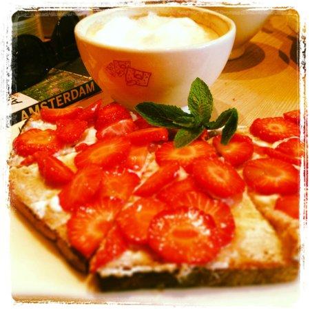 Le Pain Quotidien - de Pijp: Café c/ leite e pão c/ morangos.
