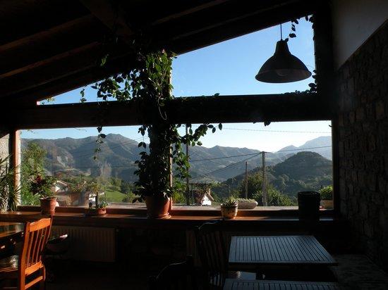 Hotel Rural El Rexacu: Las vistas desde el salón