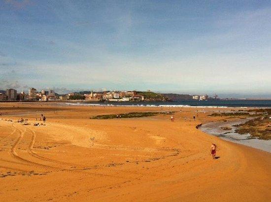 Abba Playa Gijon : the beach outside on a sunny day